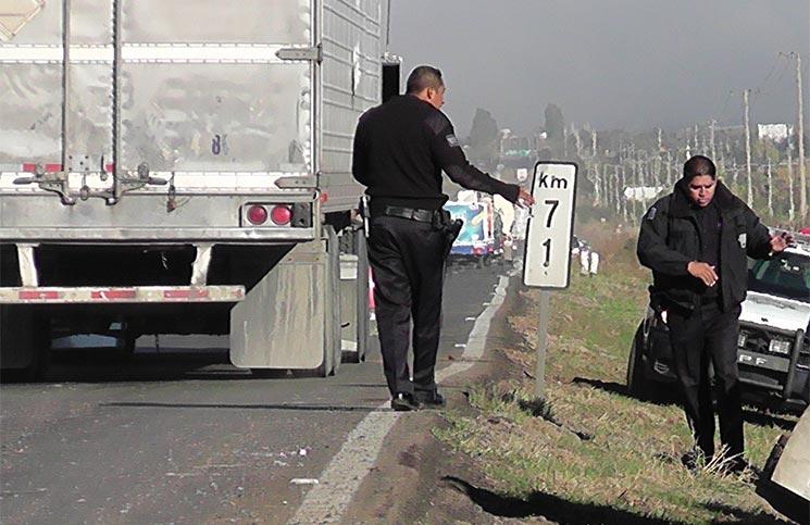 Impresionante choque contra un trailer deja como saldo tres muertos