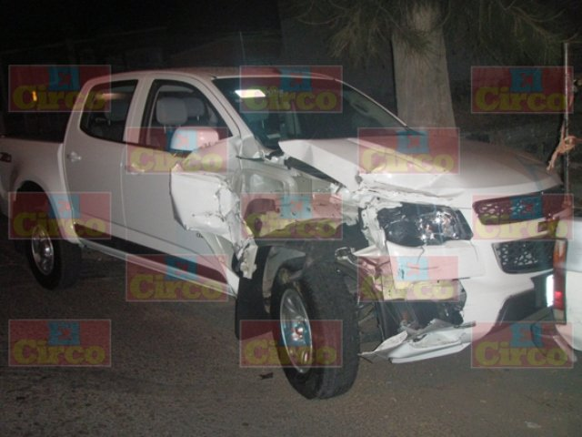 ¡Ebrio empleado de la PGR de Lagos de Moreno chocó contra unas camionetas estacionadas!