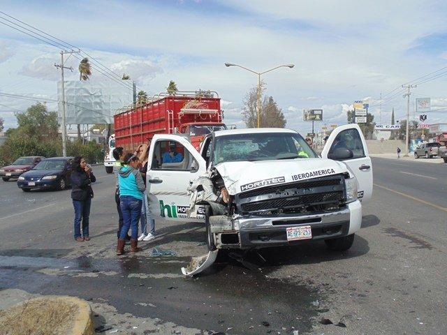 ¡Fuerte choque entre una camioneta y un camión de carga en la 45 Norte dejó 3 mujeres lesionadas!