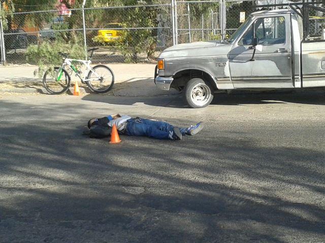 ¡Ciclista murió aplastado por una revolvedora en Aguascalientes!