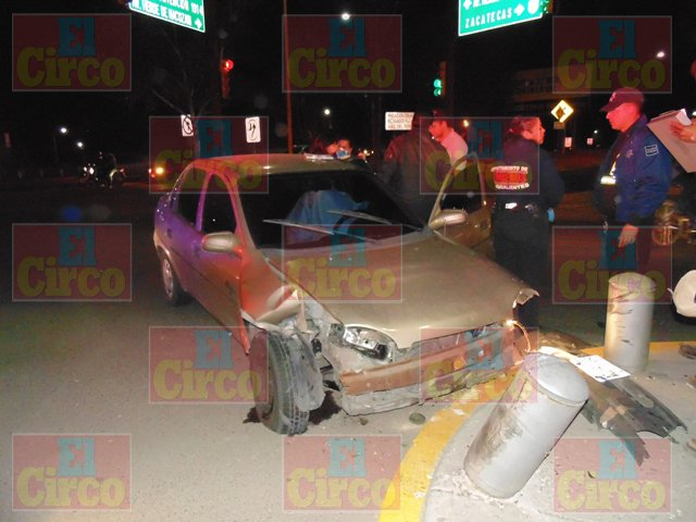 ¡Conductor pierde la vida al sufrir un infarto fulminante y su auto se estrella contra unos pilares!