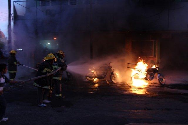 ¡Se quemaron 3 motocicletas en la Zona Centro en Aguascalientes!