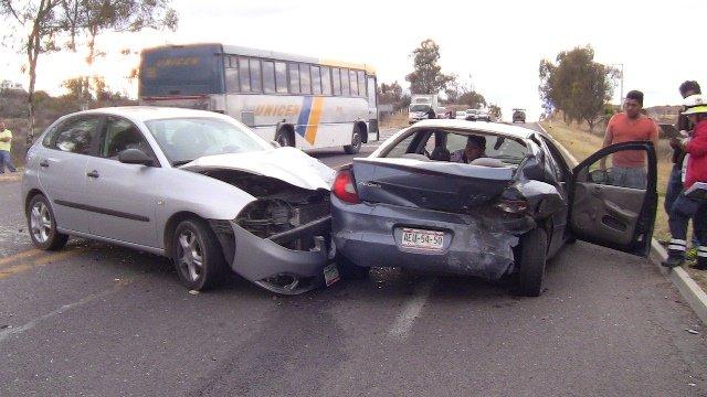 ¡2 mujeres lesionadas tras un choque de 2 autos en Aguascalientes!