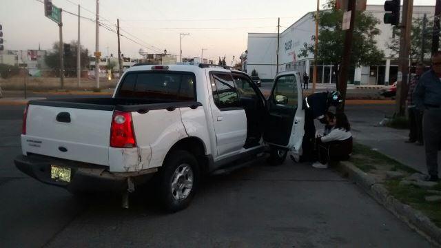 """¡Por jugar """"carreritas"""", 2 automovilistas chocaron contra una camioneta en Aguascalientes!"""