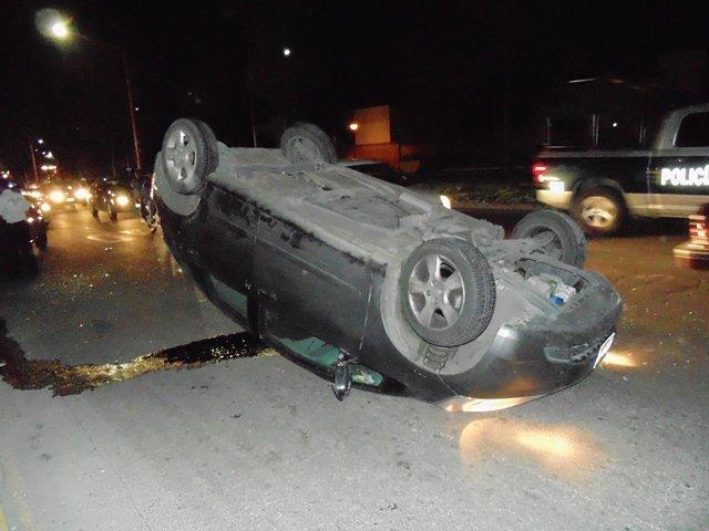 ¡Fuerte choque-volcadura entre dos automóviles en Aguascalientes!