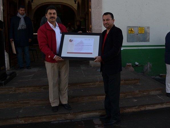 """Entregan reconocimiento """"Inicio a la transformación"""" al alcalde de Calera"""
