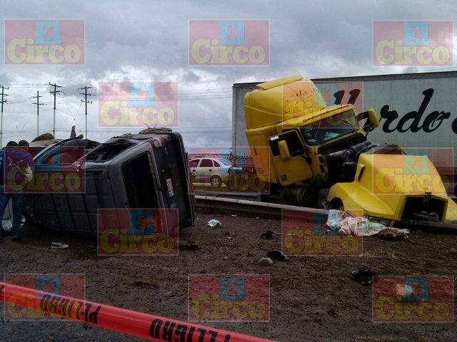 ¡FOTOGALERÍA: Aparatoso choque entre un tráiler y una camioneta deja 4 muertos y 6 lesionados en Aguascalientes!