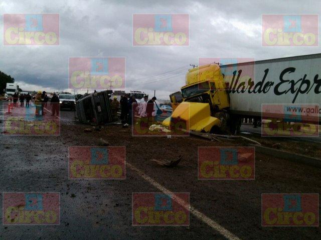 ¡Aparatoso choque entre un tráiler y una camioneta deja 4 muertos y 6 lesionados en Aguascalientes!