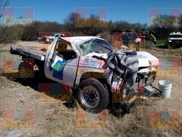 ¡Un muerto y un lesionado deja choque entre camioneta y camión de volteo en Rincón de Romos!