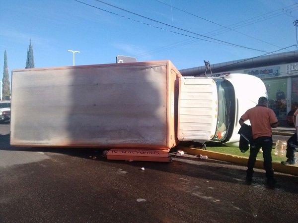 ¡Volcadura de camión en Ags. deja como saldo 2 personas lesionadas!