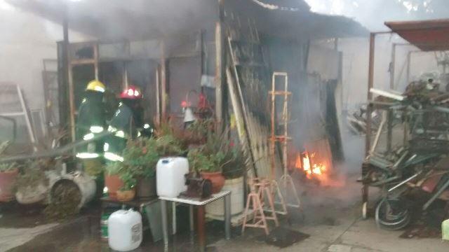 """¡Un incendio casi acabó con una """"chatarrera"""" en Aguascalientes!"""