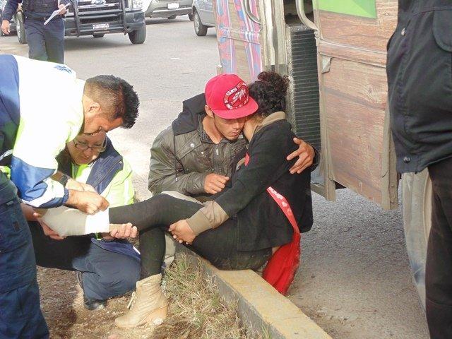 ¡Joven resultó lesionada tras caer de un urbano y pasarle una llanta encima en Aguascalientes!