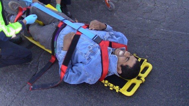 ¡Motociclista sufrió fractura en la pierna derecha al ser embestido por un auto en Aguascalientes!