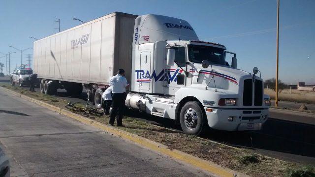 ¡FOTOGALERÍA/ Ciclista muere aplastado por un tráiler en Aguascalientes!