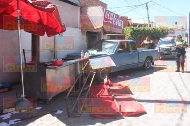 ¡Camioneta se estrelló contra un carrito de tacos en Lagos de Moreno!