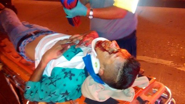 ¡4 lesionados tras espectacular choque entre un auto y una camioneta en Aguascalientes!