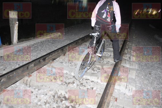 ¡Tren le amputa una pierna a joven que caminaba con su bicicleta por las vías en Lagos de Moreno!