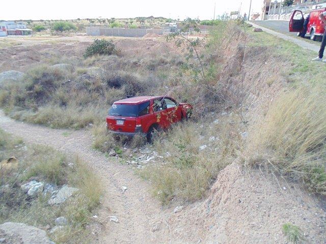 ¡Profesor se salvó de morir al caer a un barranco tras chocar contra un taxi en Aguascalientes!