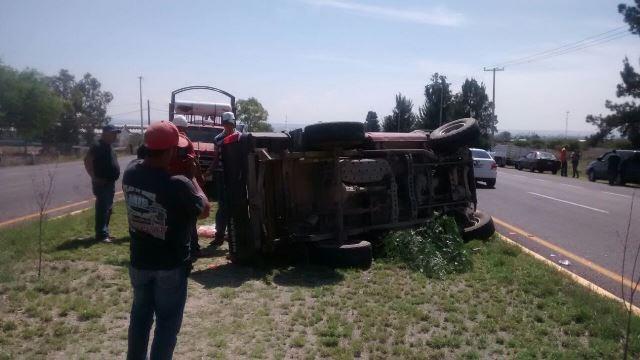 ¡Aparatoso choque-volcadura entre dos camionetas en Aguascalientes dejó 1 lesionado!