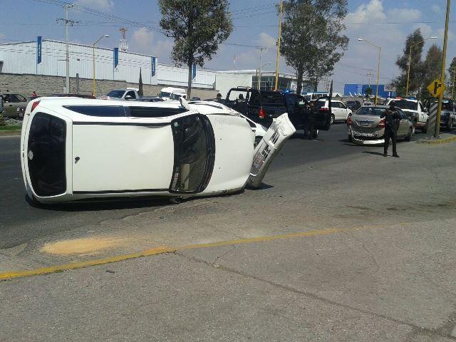 ¡Aparatosa carambola y volcadura entre 3 autos ocurrió en Aguascalientes!