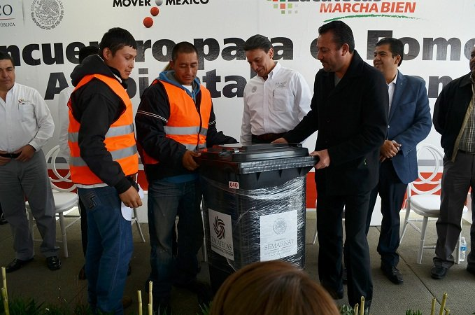 Entregan 64 contenedores de basura al municipio de Calera