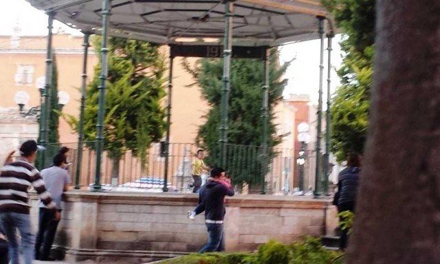¡Delincuentes dejaron una narco-manta en el kiosco del Jardín Madero en Fresnillo!
