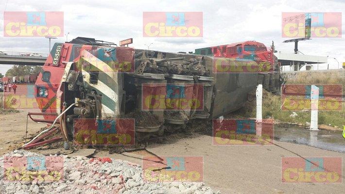 ¡Imprudente conductor de tráiler intentó ganarle el paso al tren y terminó descarrilándolo en Ags.!