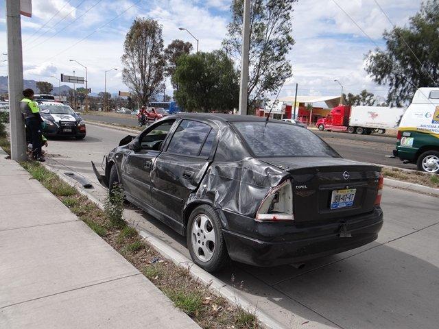 ¡Joven paramédico se salvó de morir tras volcar su auto en Aguascalientes!