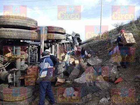 ¡Un chofer murió calcinado tras volcar e incendiar su tráiler en Zacatecas!