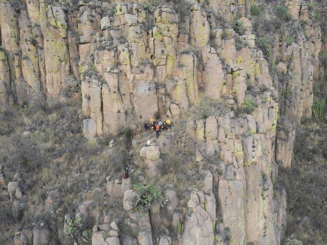 ¡Heroico rescate de un adolescente que cayó a un barranco en un cerro en Aguascalientes!