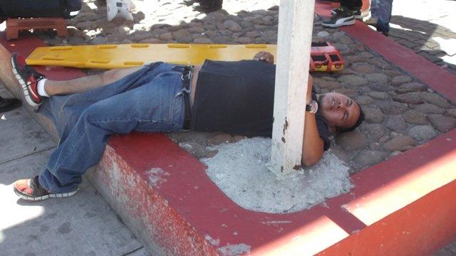¡Fuerte choque entre un camión de Bimbo y un auto dejó 2 lesionados en Aguascalientes!