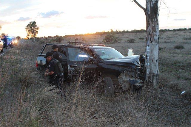 ¡FOTOGALERIA/ 2 policías estatales resultaron lesionados tras estrellar su patrulla contra un árbol!