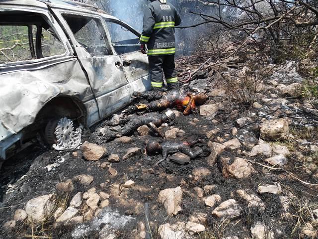 ¡Murieron calcinados 1 adulto y 2 niños al volcar una camioneta en Aguascalientes!