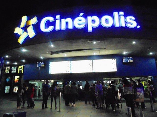 ¡Mujer atropelló a 10 personas afuera de un cine en Aguascalientes!