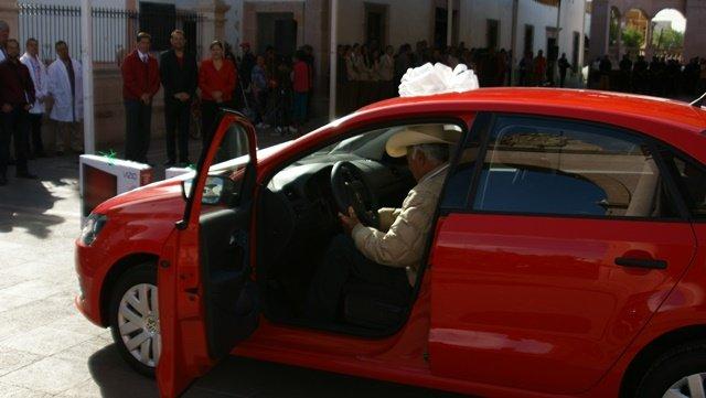 ¡Entregaron automóvil último modelo y pantallas de plasma a ganadores de sorteo en Calera!