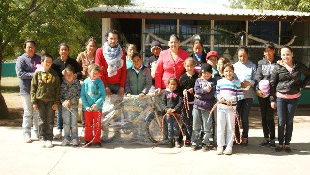 ¡Entregan juguetes y regalos en instituciones educativas de Calera!