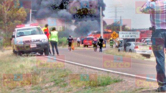 ¡FOTOGALERÍA/ Explota pipa con gasolina al ser alcanzada por el tren en Aguascalientes!