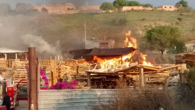 ¡Impresionante incendio en un depósito de madera en Aguascalientes!