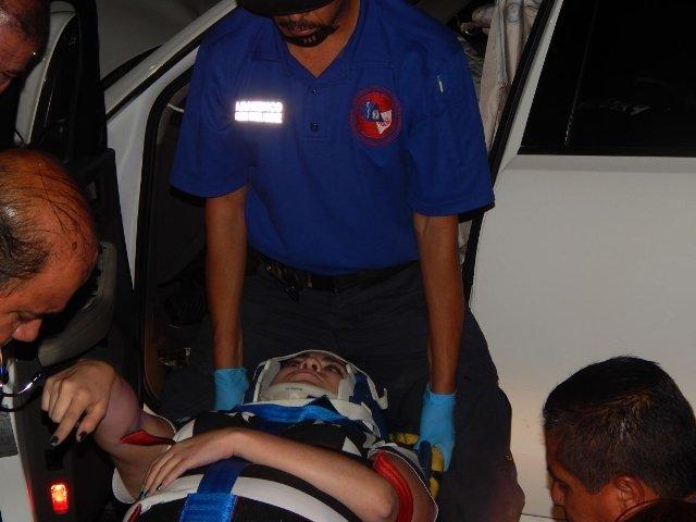 ¡Una joven resultó lesionada tras estrellarse contra un tráiler en Aguascalientes!