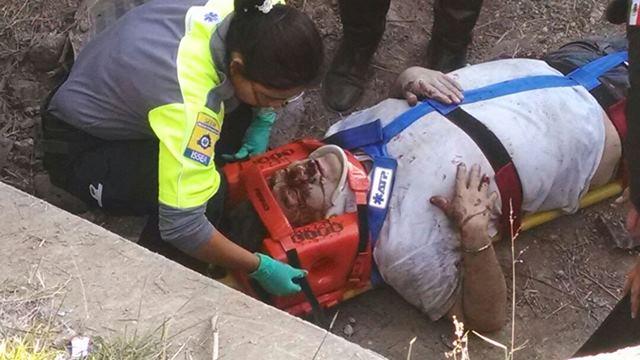 ¡Se salvó de morir un alcoholizado chofer tras chocar contra un árbol y un poste y caer a un desnivel en Aguascalientes!
