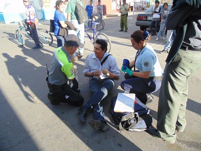 ¡Camión urbano arrolló y lesionó a imprudente peatón en Aguascalientes!