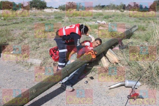 ¡FOTOGALERIA/ Al huir de la Policía un motociclista se estrelló contra un poste en Lagos de Moreno!