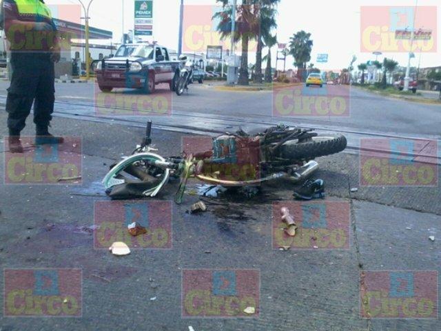 ¡Motociclista se estrelló contra el tren en Lagos de Moreno y murió!