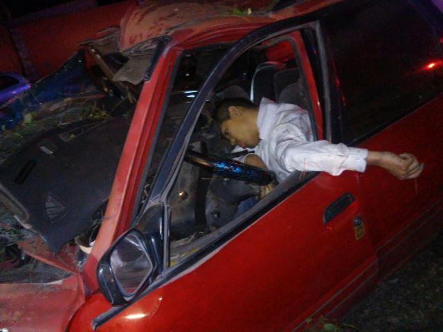 ¡Se mató un joven tras estrellar su vehículo contra un árbol en Aguascalientes!