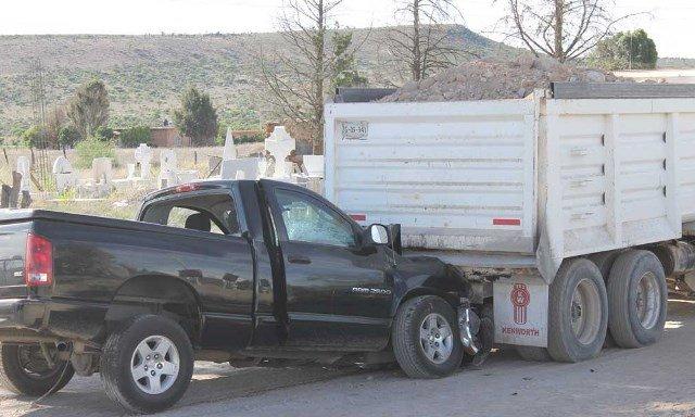 ¡1 mujer muerta y otra lesionada tras chocar una camioneta contra un torton en Fresnillo!