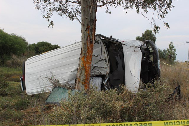 ¡1 muerto y 1 lesionado dejó la volcadura de una camioneta de una funeraria en Aguascalientes!