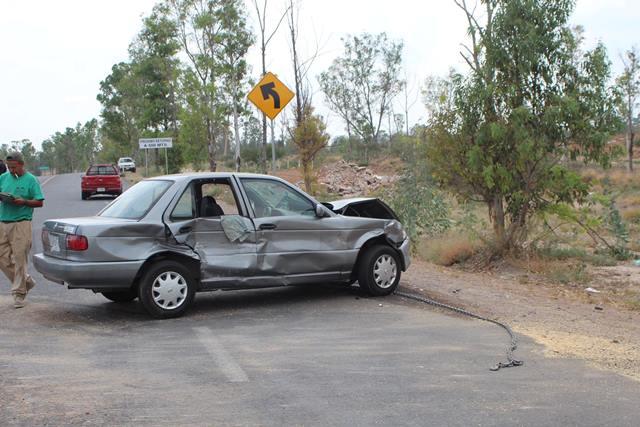 ¡2 lesionados tras fuerte choque entre una camioneta y un auto en Aguascalientes!