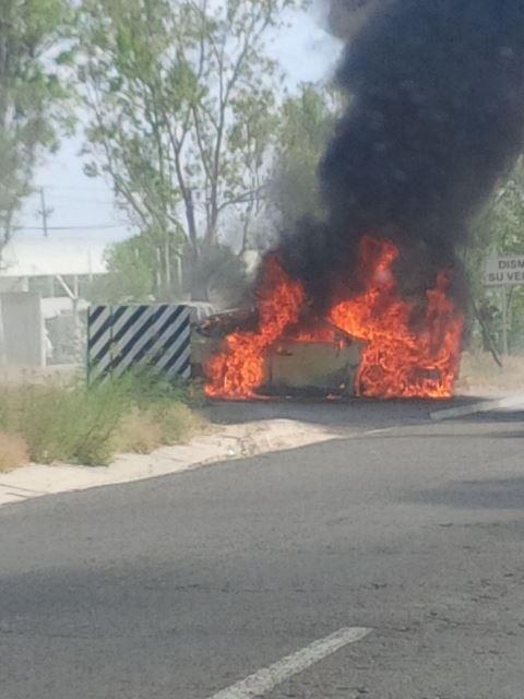 2 lesionados tras un choque-incendio entre un auto y una motocicleta en Aguascalientes