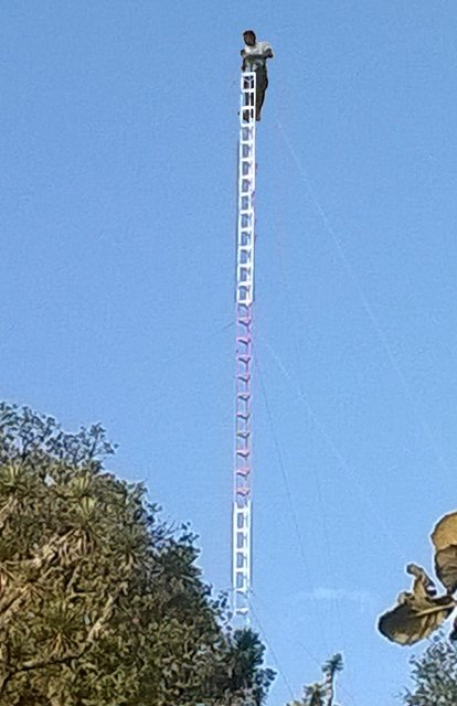 ¡Joven amenazó con suicidarse arrojándose desde lo alto de una antena en Zacatecas!