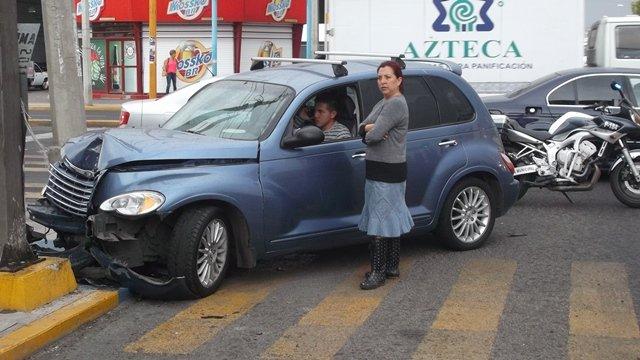 ¡Joven estrelló su camioneta contra un semáforo y salió ileso en Aguascalientes!